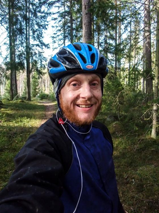 Man blir glad av att cykla i skogen